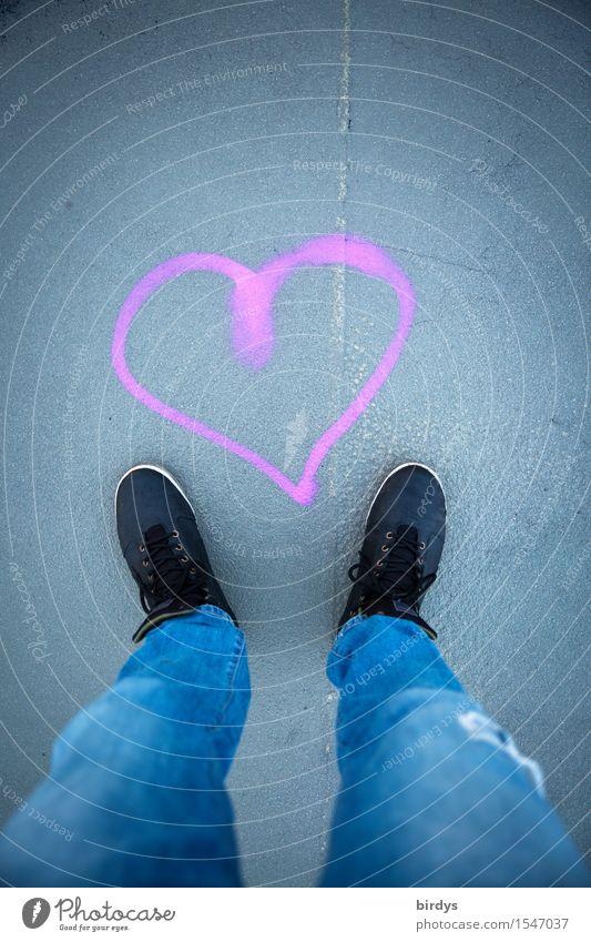 Herzstillstand II Lifestyle maskulin Beine 1 Mensch Jeanshose Schuhe Zeichen Graffiti stehen ästhetisch positiv blau grau rosa schwarz Glück Liebe Verliebtheit