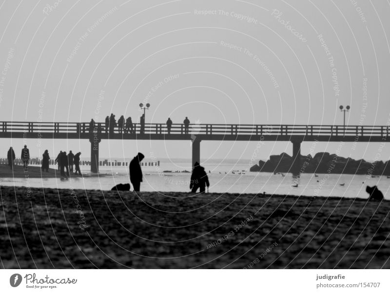 Seebrücke Mensch Strand Ostsee Badeort Ferien & Urlaub & Reisen Erholung Meer Küste Schwarzweißfoto