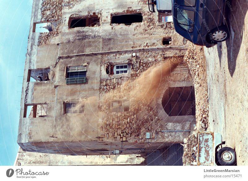 sicherheit?!? Arbeiter Korsika Bauschutt Schubkarre Architektur altes haus staub[wolke] Wind