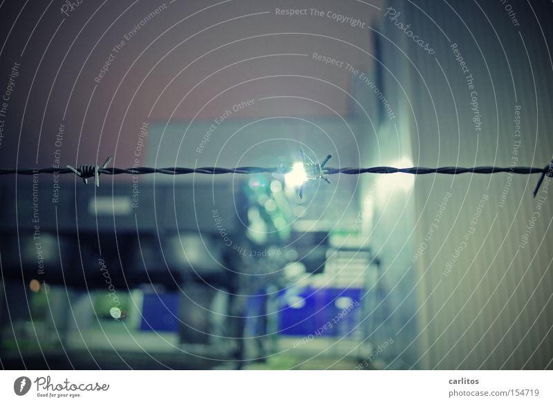 Dürfen wir nicht rein, Stacheldraht Zaun Flutlicht gefangen aussperren Justizvollzugsanstalt Sicherheit Flucht Angst Panik Langzeitbelichtung Absicherung