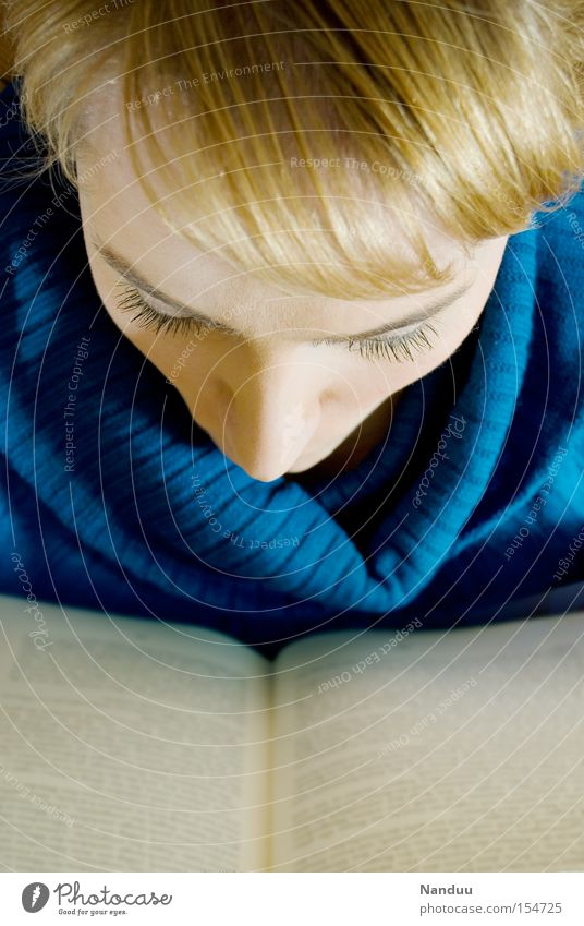 Eintauchen Frau Mensch Buch lernen lesen Freizeit & Hobby Bildung Konzentration Phantasie Leser aufregend Literatur Roman Leseratte Intellektueller intellektuell