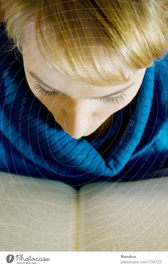 Eintauchen Mensch Frau lesen Buch Bildung Literatur Roman Vogelperspektive Konzentration intellektuell Intellektueller Leser Leseratte Phantasie aufregend