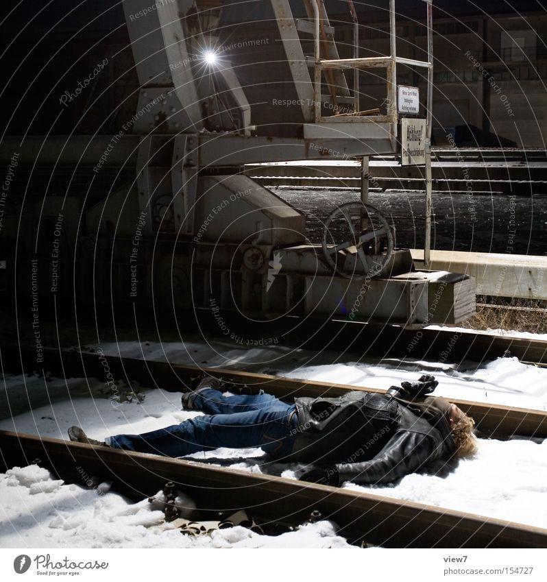tot am hafen. Mann Winter Einsamkeit kalt Tod leer Industrie Trauer Hafen Verzweiflung Ereignisse Kerl Kriminalität Leiche Opfer Mörder