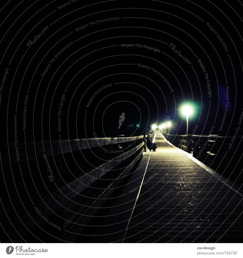 DUNKEL WAR'S Seebrücke Nacht Nachtwanderung Einsamkeit Holzbrücke Licht Laterne Lichtschein Lichtkegel sitzen hocken warten kalt dunkel Mensch Brücke Schwäche