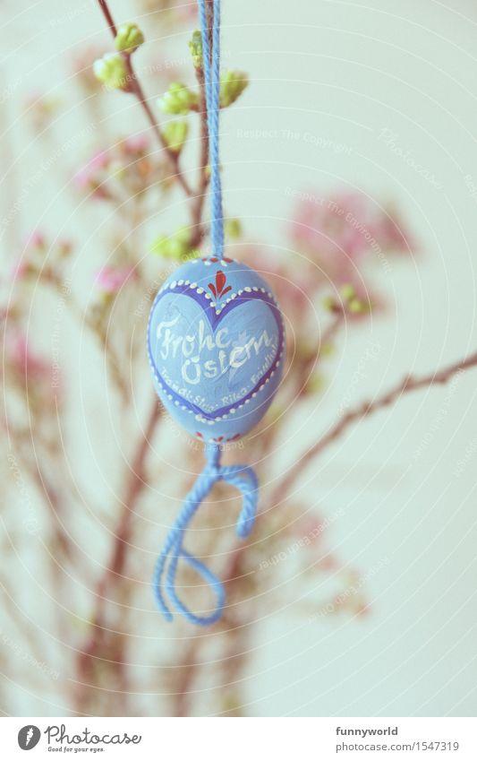 Frohe Ostern in blau hängen Osterei Schriftzeichen Handschrift bemalt selbstgemacht Schleife bayerisch Herz Schnur zart altehrwürdig retro Blume rosa Farbfoto
