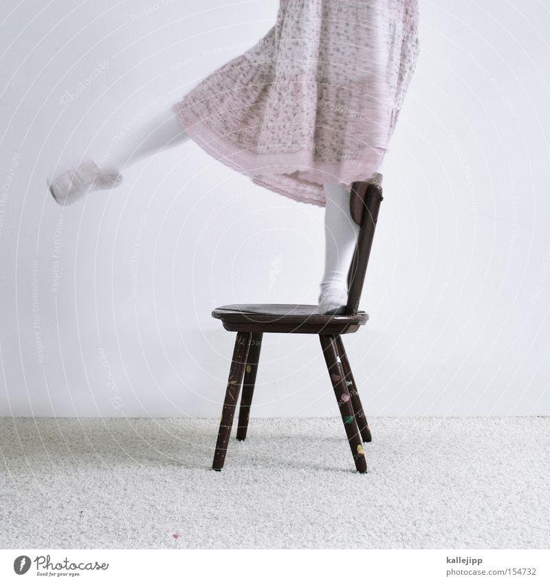 balance is everything Kind Freude Spielen Bewegung Beine Zufriedenheit Schuhe rosa Stuhl Bildung Kleid Tänzer Balletttänzer Quittung