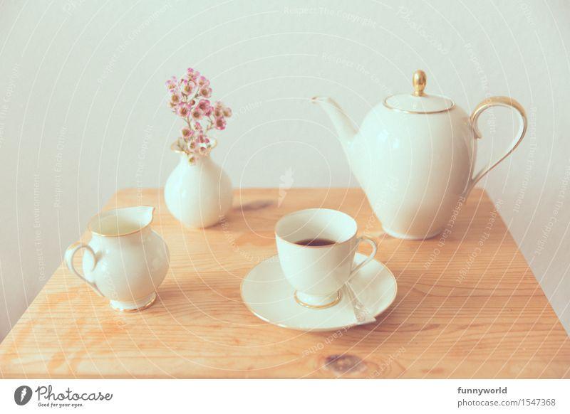 Geschirrarrangement mit Blume Ernährung Kaffeetrinken Tasse Kaffeekanne Kaffeetasse ästhetisch Glück schön retro Erholung Freizeit & Hobby genießen Perspektive