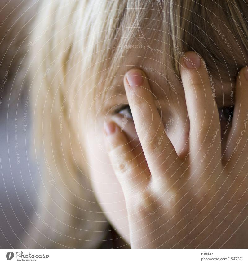 The Big Four Kind Hand Freude Spielen Haare & Frisuren Kindheit blond Finger 4 Konzentration verstecken Kindergarten