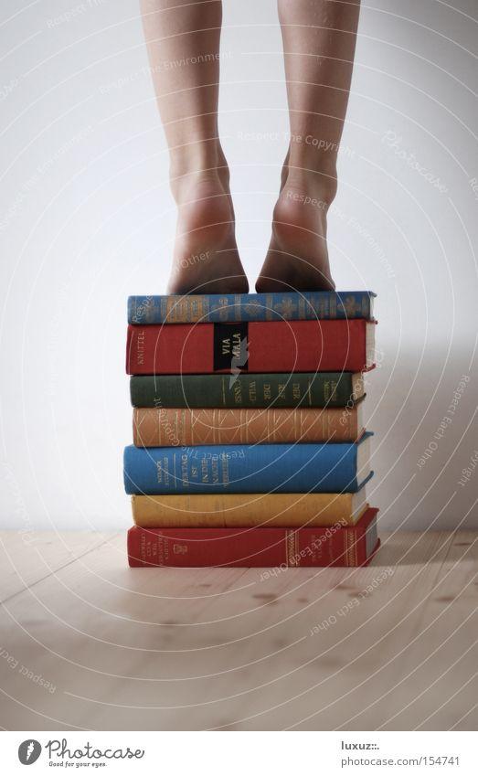 Knowledge is power – Wissen ist Macht Buch Fotograf Suche groß Bildung Richtung Wissenschaften geheimnisvoll entdecken aufwärts Barriere aufsteigen finden