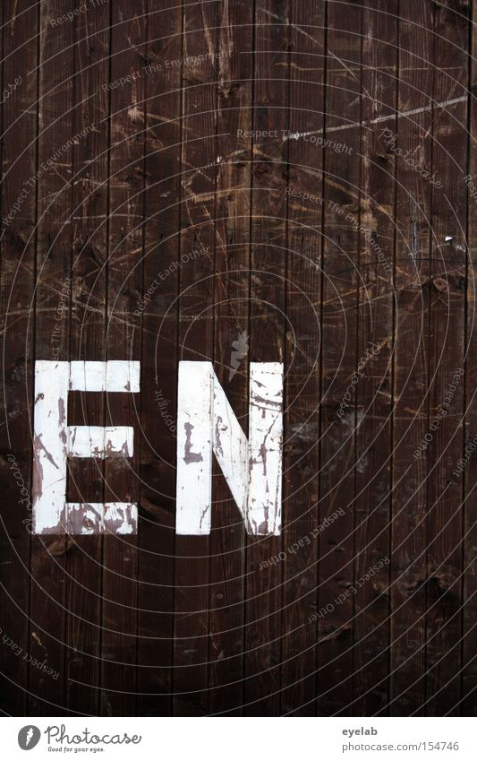 EN Holz Wand Kratzer Schliere Holzwand Buchstaben Typographie Detailaufnahme Schriftzeichen Kommunizieren zerkratzen silbe weiß braun alt gebraucht Kennung