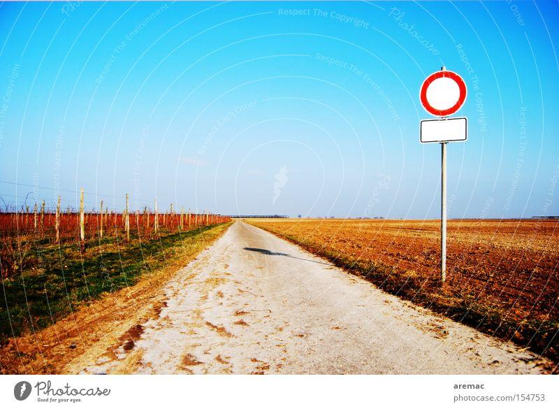 Gähnende Leere Wege & Pfade Straße gerade geradeaus Schilder & Markierungen Verbote Durchgang leer Landschaft Straßennamenschild