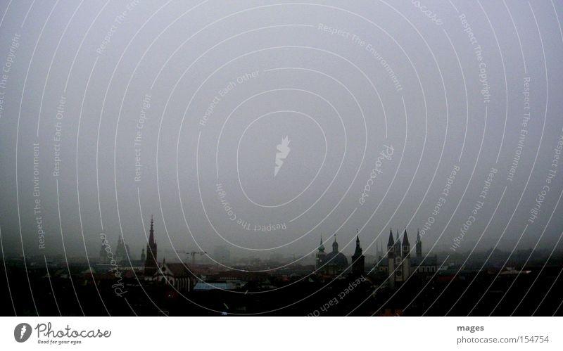 Wolkenkratzer I Himmel Stadt Einsamkeit kalt Herbst Horizont Nebel groß Spitze Turm historisch Stadtzentrum Sehenswürdigkeit Altstadt herbstlich trüb