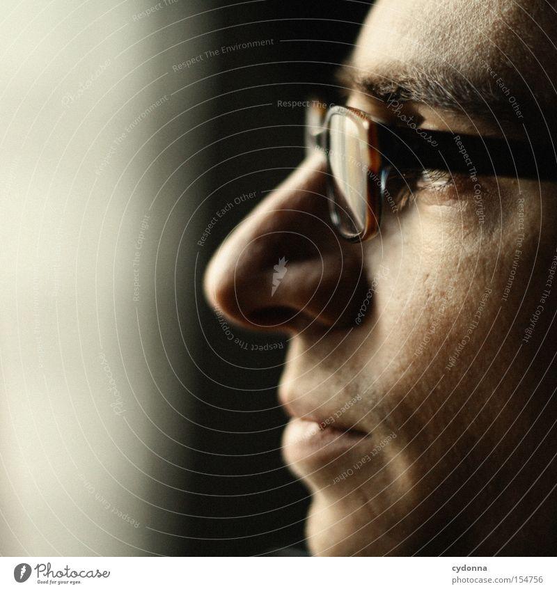 Ausblick Mensch Mann Porträt Gesicht Denken Licht Kopf Blick schön ästhetisch Brille Jugendliche Geistesabwesend verträumt Gedanke Gefühle Bekleidung alt