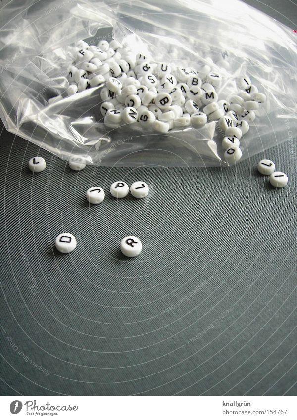 Eine Tüte Buchstaben weiß schwarz grau Schriftzeichen Kommunizieren Wort Sprache Plastiktüte Lateinisches Alphabet Verständigung