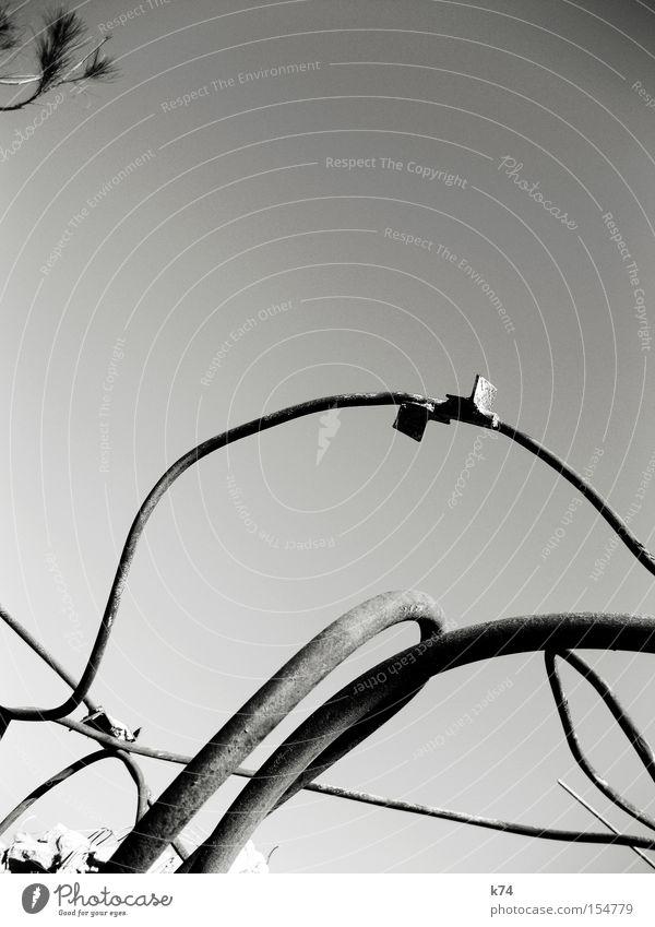 Demontage Stahl Bogen Linie Konstruktion Baustelle Fichte Gegenteil durcheinander chaotisch Wandel & Veränderung verfallen Schwarzweißfoto Vergänglichkeit