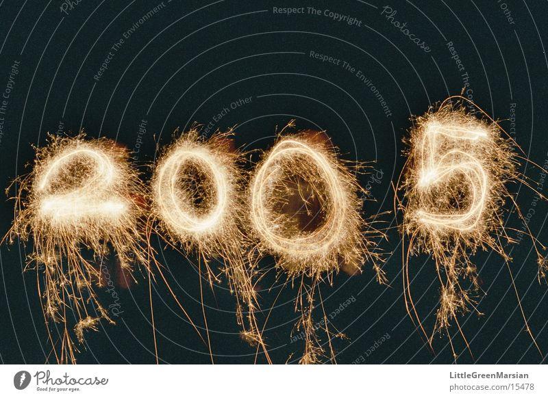 Frohes neues Jahr! Silvester u. Neujahr Wunderkerze sprühen Langzeitbelichtung Nacht Leuchtspur Ziffern & Zahlen 2004 - 2005 Funken Brand