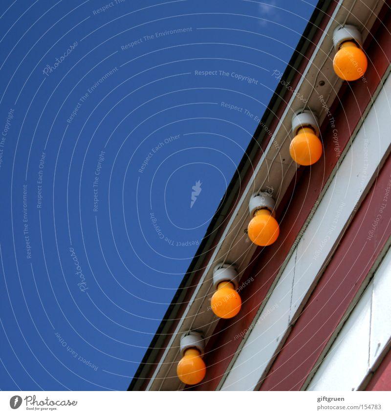 bulb fiction Glühbirne Himmel Licht Streifen gestreift Jahrmarkt Beleuchtung Elektrizität Klimaschutz Detailaufnahme Freude glühbirnenverbot Wattenmeer