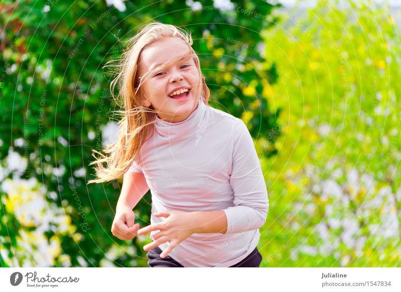 Nettes laufendes Mädchen am Sommer Lifestyle Erholung Freizeit & Hobby Spielen Tanzen Sport Kind Schulkind Frau Erwachsene Kindheit 3-8 Jahre 8-13 Jahre rennen