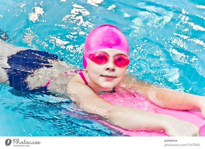 Nettes Mädchen im Swimmingpool Schwimmbad Sport Kind Schulkind Kindheit 3-8 Jahre 8-13 Jahre nass weiß Vorschulkind sechs 7 Kaukasier Europäer Wasser blenden
