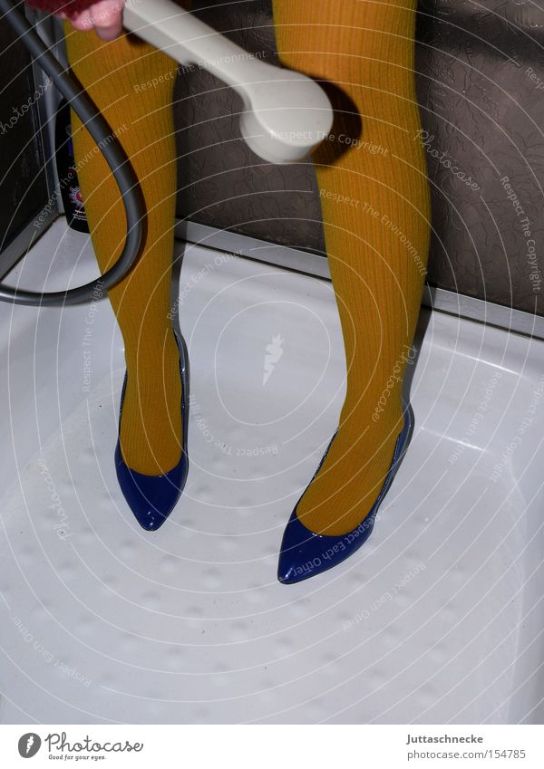 Schuhe putzen Frau Beine Strümpfe Strumpfhose Damenschuhe blau gelb Reinigen Dusche (Installation) Haushalt Dienstleistungsgewerbe ja-ich-bin-verrückt