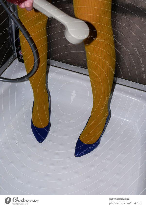 Schuhe putzen Frau blau gelb Beine Reinigen Dienstleistungsgewerbe Strümpfe Strumpfhose Dusche (Installation) Haushalt Damenschuhe Unter der Dusche (Aktivität)