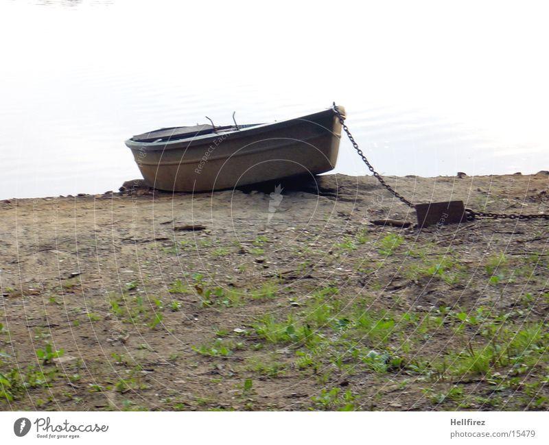 Einsam am Strand ... Pflanze See Landschaft Wasserfahrzeug Fluss trocken Kette Flußbett
