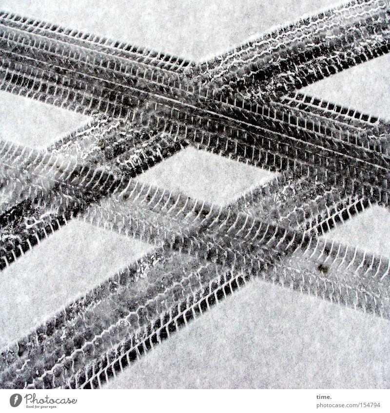 Beutewege (I) Schnee Verkehr Straße Fährte Vergänglichkeit Reifenspuren Eindruck parallel kreuzen Asphalt Suche finden überschneiden Abdruck Schwarzweißfoto