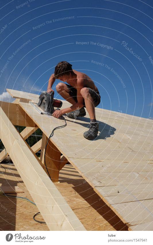 Zimmermann Haus Holz Arbeit & Erwerbstätigkeit Wohnung Häusliches Leben Baustelle Dach Beruf Handwerk Arbeitsplatz Werkzeug Maschine Renovieren Handwerker