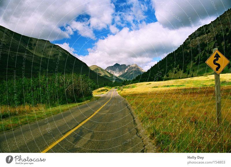 Der Weg ins Licht Wolken Straße Wiese Berge u. Gebirge Licht Wege & Pfade Schilder & Markierungen Perspektive Verkehrswege Kanada Kurve Straßennamenschild Alberta Rocky Mountains