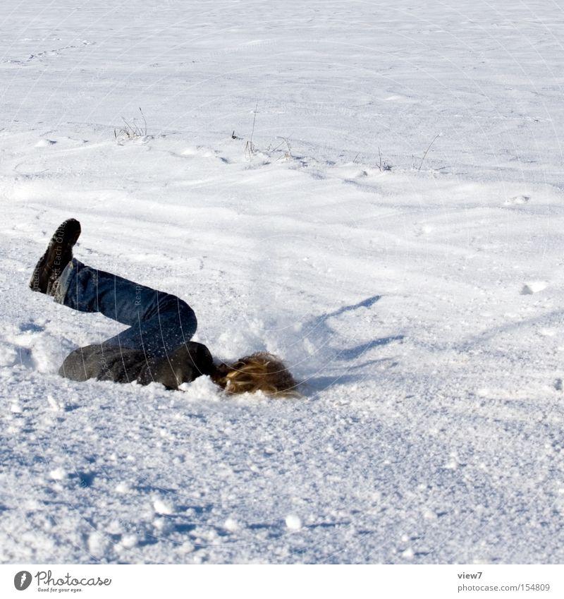 Einschlag. Mann Freude Winter Leben kalt Schnee Glück Erwachsene Fröhlichkeit einzigartig einfach fallen skurril Lebensfreude Schneelandschaft harmonisch