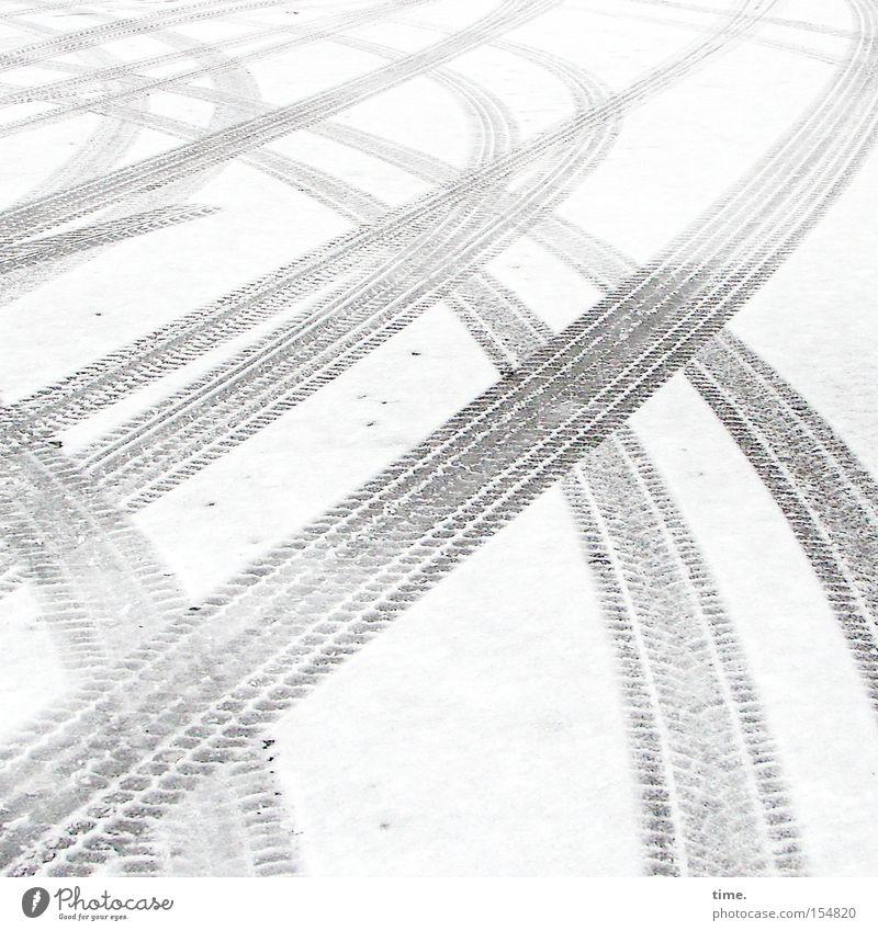 Beutewege (II) Winter Schnee Verkehr Verkehrswege Straße Fährte einzigartig nass grau weiß Reifenspuren Eindruck parallel kreuzen Asphalt Suche finden