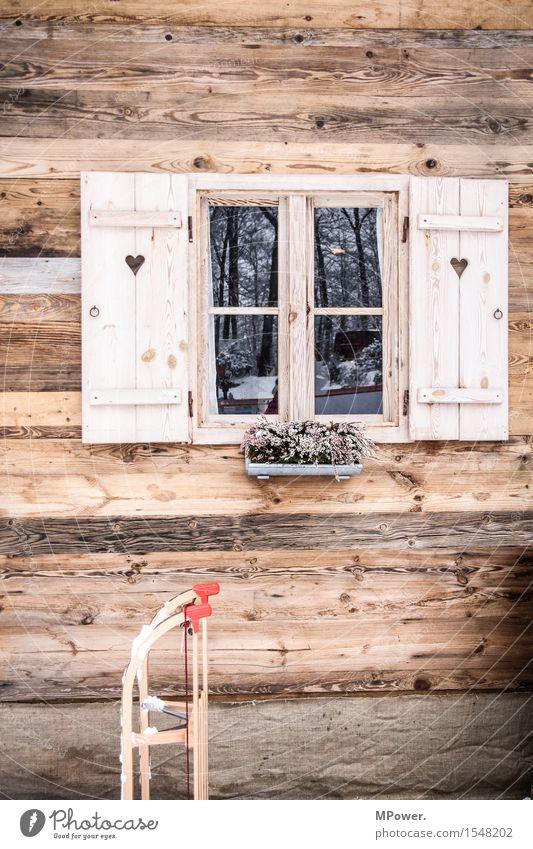 auf der hütte Haus Hütte alt Alm Schlitten Holzhaus Fenster Fensterladen Herz rustikal Winterurlaub Österreich Schnee Farbfoto Außenaufnahme Menschenleer