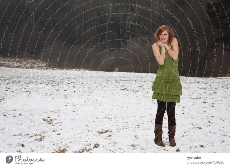 Etwas kalt ? Frau Jugendliche grün Winter Schnee Zufriedenheit Kleid Streifen grinsen frieren Stiefel Schuhe