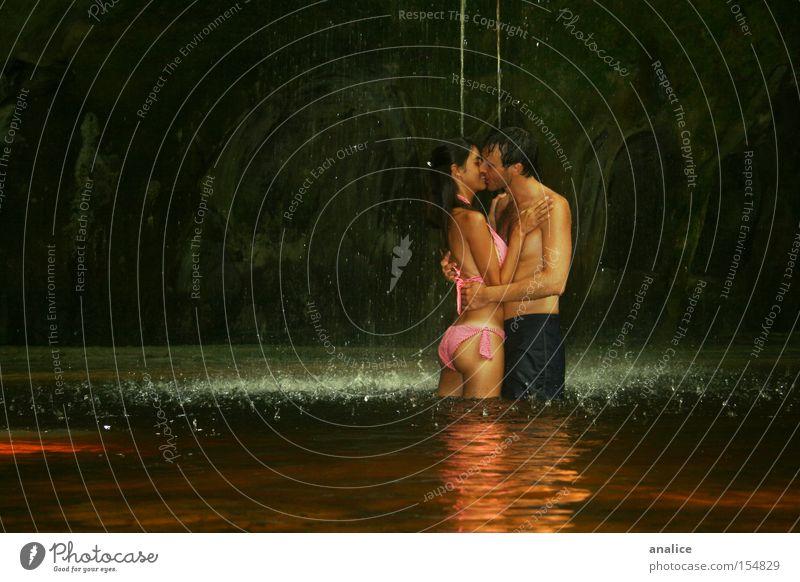 Nasskuss Farbfoto Außenaufnahme Blick geschlossene Augen Mensch Frau Erwachsene Mann Paar 2 18-30 Jahre Jugendliche Natur Wasser See Wasserfall Bikini berühren