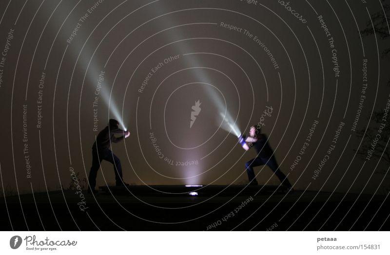 Der funkelnde Björn und der strahlende Peter Mensch Mann Berge u. Gebirge Beleuchtung Waffe Arme Nebel kämpfen Sportveranstaltung Konkurrenz Licht ausgestreckt Taschenlampe Schwert Duell