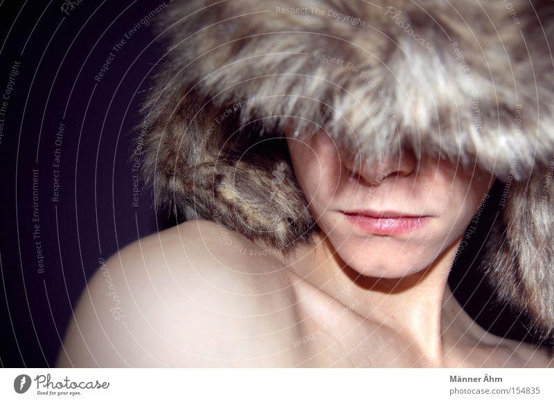Ice Ice Baby. Mütze Fell Kopfbedeckung Schulter Frau Kinn Gesicht Haut frieren Winter Bekleidung Nase