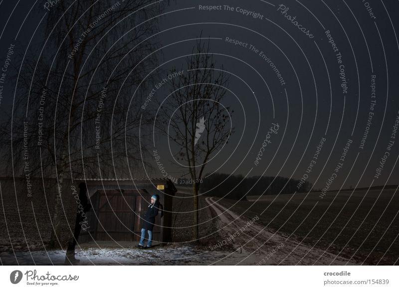 i'll be waiting Nacht dunkel Frau Einsamkeit Natur Wege & Pfade Straße Wartehäuschen Mütze warten Trauer Schatten Angst Langzeitbelichtung Vergänglichkeit schön
