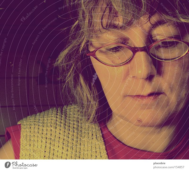 Wenns Mutti nicht warm macht, ess ichs halt kalt! Mensch Frau grün rot Gesicht Erwachsene Leben Gefühle Haare & Frisuren Haut Häusliches Leben Bekleidung Brille T-Shirt Vertrauen Konzentration