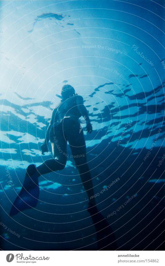 auftauchen Frau Wasser Meer Sommer Wellen tauchen Bikini aufsteigen Schwimmhilfe Wassersport Taucher Mittelmeer Schnorcheln Wasseroberfläche auftauchen