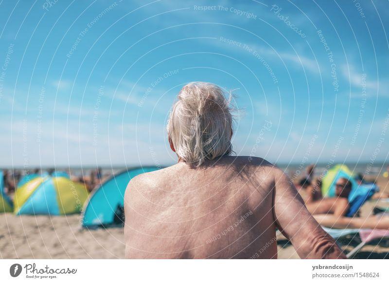 Älterer Mann, der am Strand sich amüsiert Lifestyle Erholung Ferien & Urlaub & Reisen Sommer Ruhestand Erwachsene Küste alt heiß hinten Feiertag Seeküste Senior