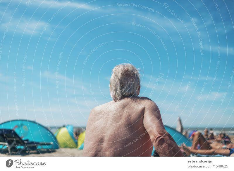 Älterer Mann, der auf einem tropischen Strand sich entspannt Lifestyle Erholung Ferien & Urlaub & Reisen Tourismus Sommer Ruhestand Erwachsene Küste alt