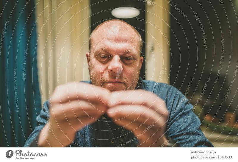 Ernster Mann, der sein Fingerspitzen-Berühren betrachtet Gesicht Arbeit & Erwerbstätigkeit Mensch Erwachsene Hand Denken sitzen Fürsorge kahl werdend