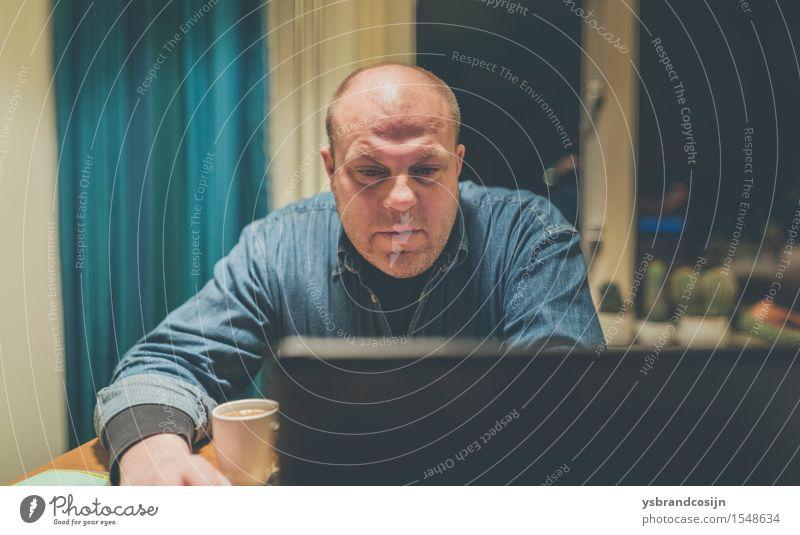 Chubby Man Browsing Internet mit einem Computer Kaffee Gesicht Erholung lesen Tisch Wohnzimmer Arbeit & Erwerbstätigkeit Bildschirm Mensch Mann Erwachsene