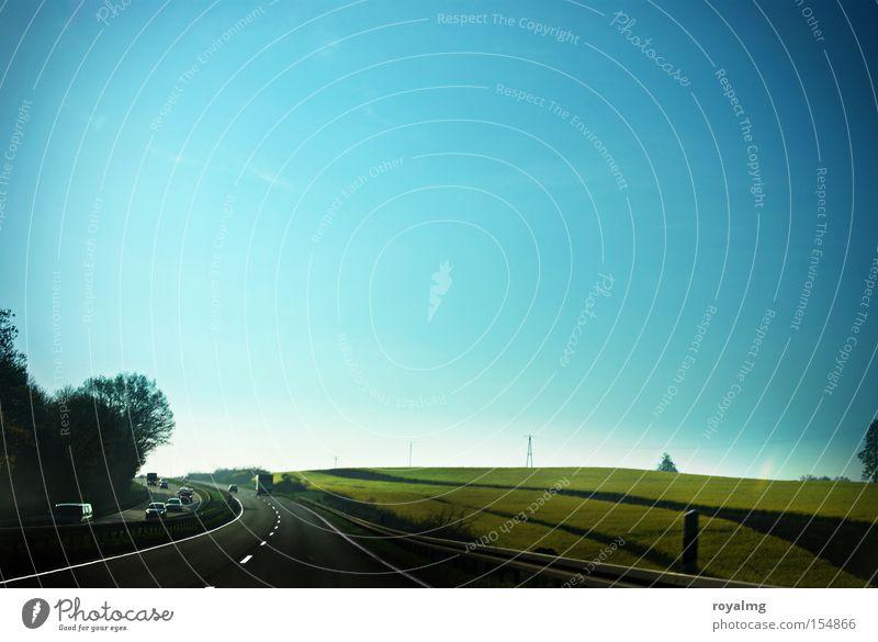 Auf der Straße nach Süden Himmel grün blau Sommer Ferien & Urlaub & Reisen Wiese Freiheit frei Horizont Autobahn Verkehrswege