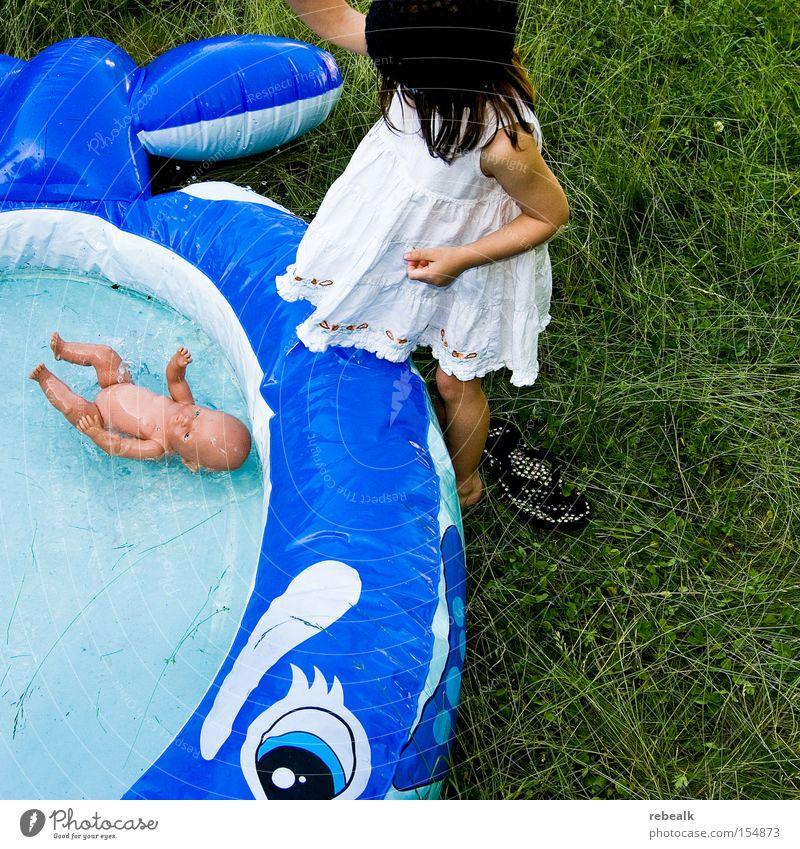 """""""Das Kind ist in den Brunnen gefallen"""" Mensch Kind Wasser Ferien & Urlaub & Reisen Mädchen Sommer Freude kalt Spielen Gras Haare & Frisuren Glück Kindheit Schwimmen & Baden Arme Haut"""