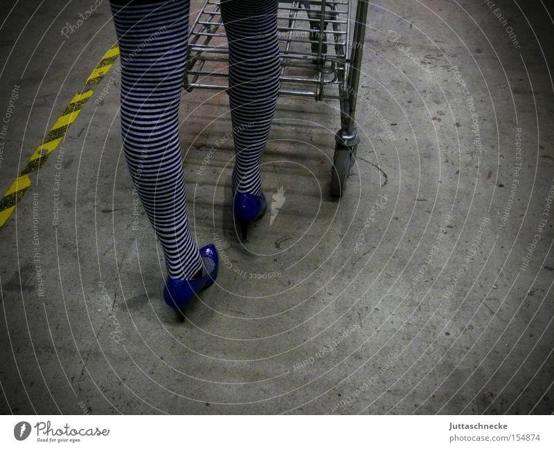 She walks the line Frau Beine kaufen Strümpfe Strumpfhose Haushalt gestreift Einkaufswagen Damenschuhe Schuhe schieben Ringelsocken