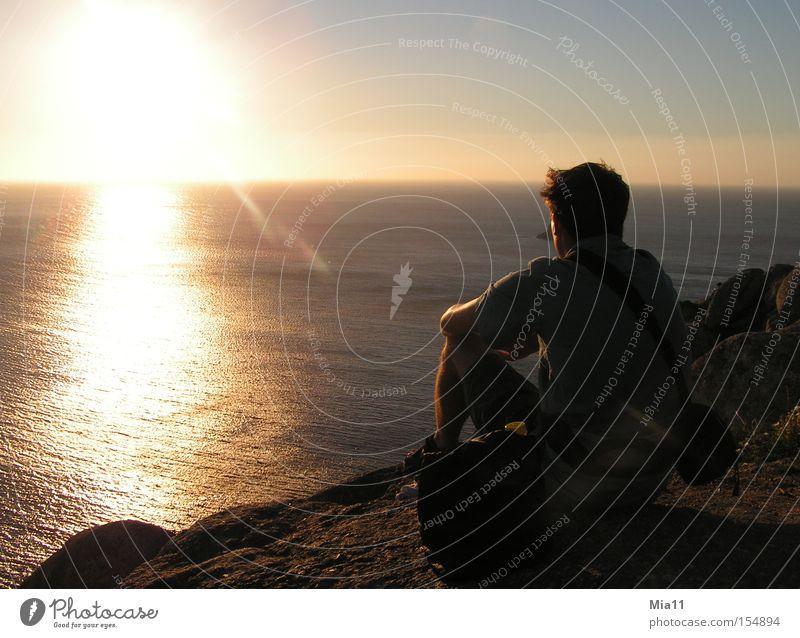 Am Ende der Welt Spanien Meer Sonne Sonnenuntergang Felsen Mensch Mann beobachten Wasser Licht Klippe Abend Dämmerung Sommer Himmelskörper & Weltall