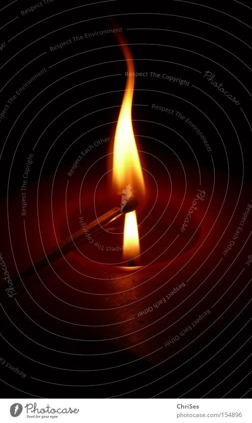 Zündeln... Kerze Streichholz Flamme Feuer brennen anzünden zündeln Wachs Lampe Beleuchtung Licht Kerzendocht Docht heiß Wärme Haushalt Weihnachten & Advent