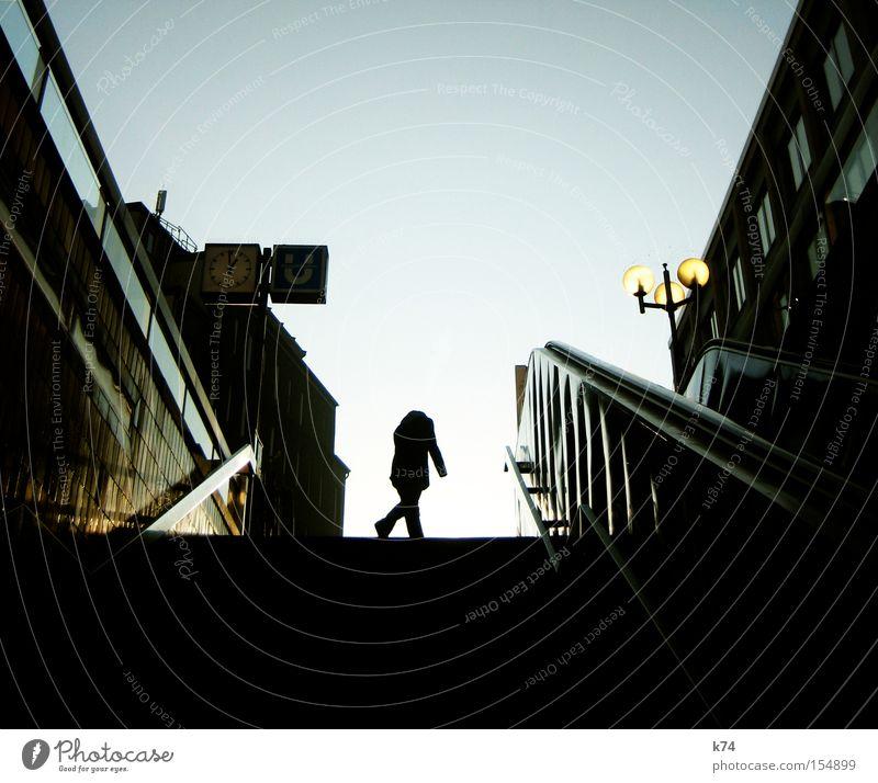 1 vor 1 Mensch Arbeit & Erwerbstätigkeit Treppe Uhr U-Bahn Bahnhof Untergrund kopflos Öffentlicher Personennahverkehr Arbeitsweg