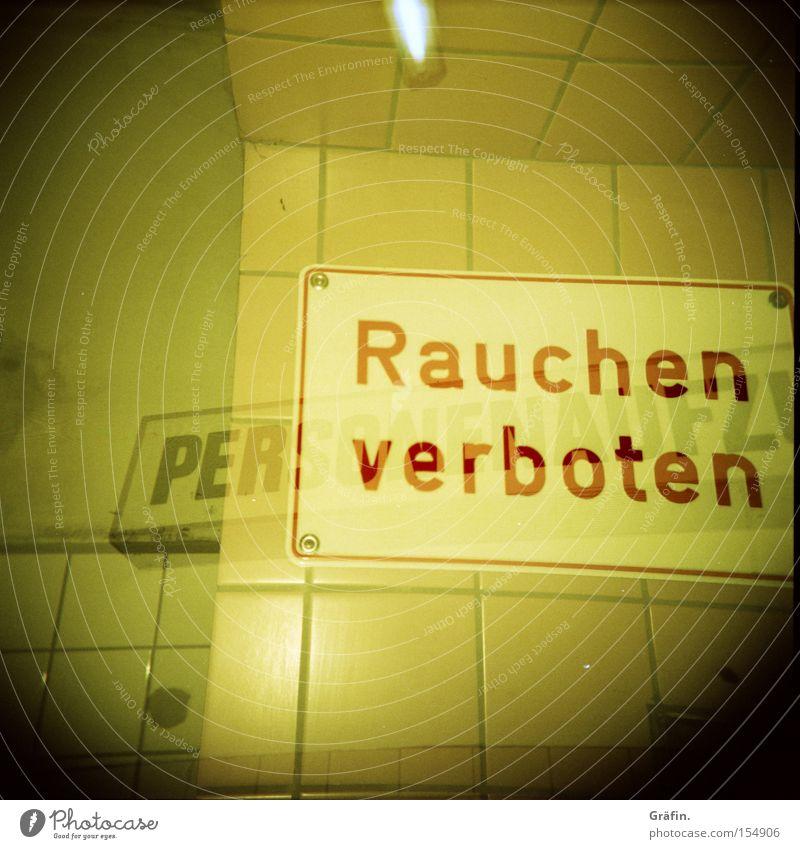 Raucherclub gelb Wand Schilder & Markierungen Buchstaben Hinweisschild Fliesen u. Kacheln Holga Doppelbelichtung Warnhinweis Neonlicht Mittelformat 2 überlagert Sankt Pauli-Elbtunnel